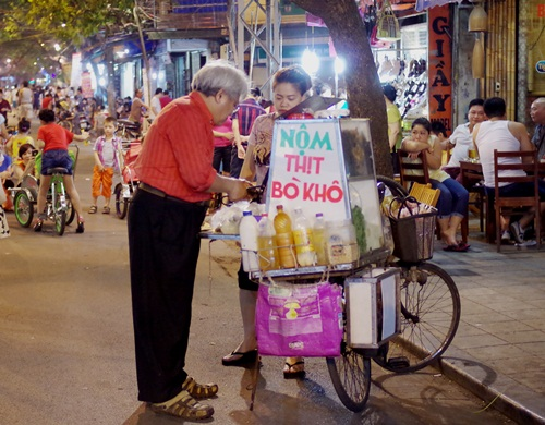 Hanoi Old Quarter Changes On Weekend Nights (1)