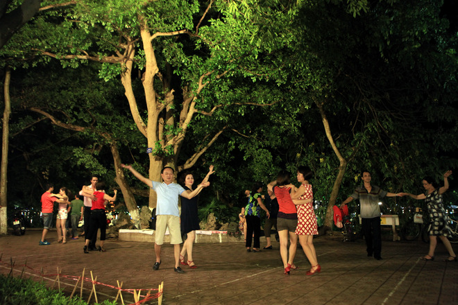 Dance Club In Hoan Kiem Lake (1)