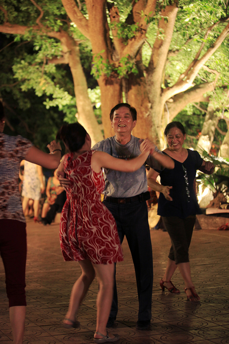 Dance Club In Hoan Kiem Lake (2)