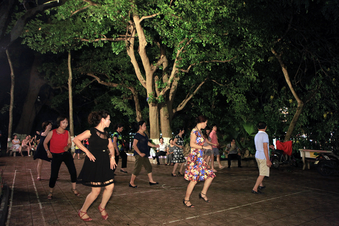 Dance Club In Hoan Kiem Lake (3)