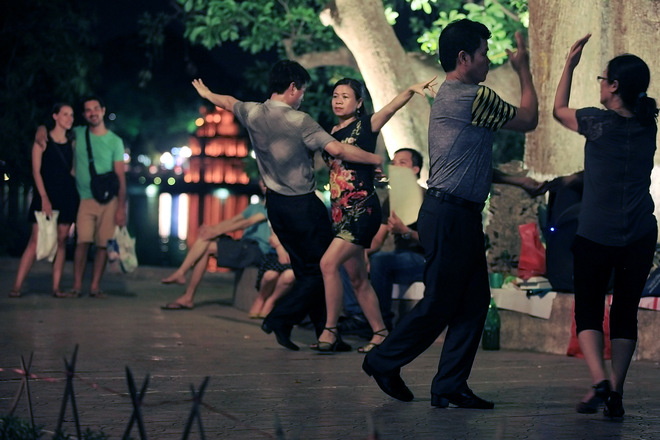 Dance Club In Hoan Kiem Lake (5)