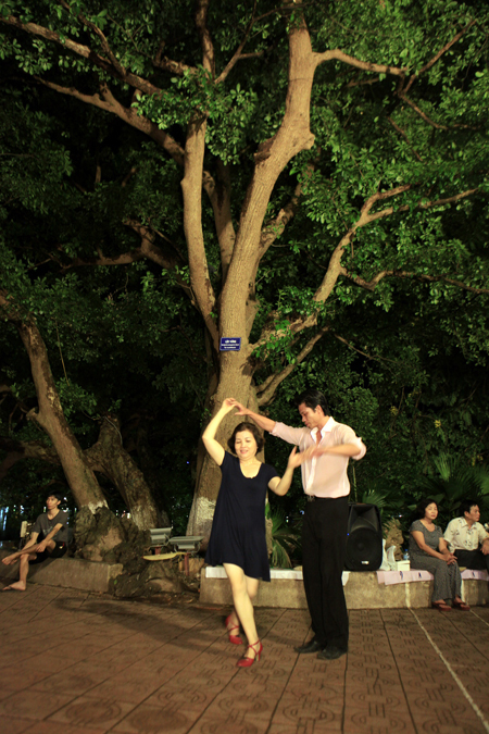 Dance Club In Hoan Kiem Lake (6)