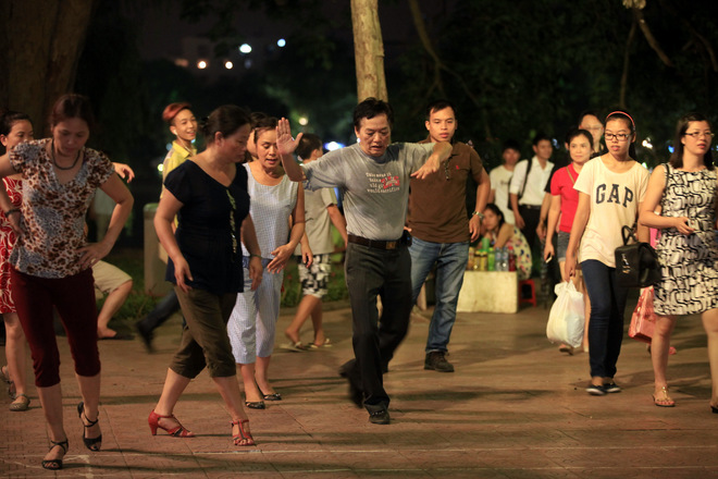 Dance Club In Hoan Kiem Lake (7)