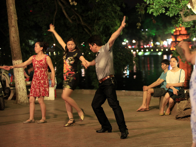 Dance Club In Hoan Kiem Lake (8)