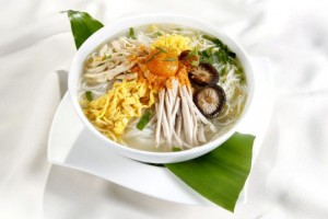 Bun thang – Hanoi rice vermicelli noodles with chicken, eggs and pork)
