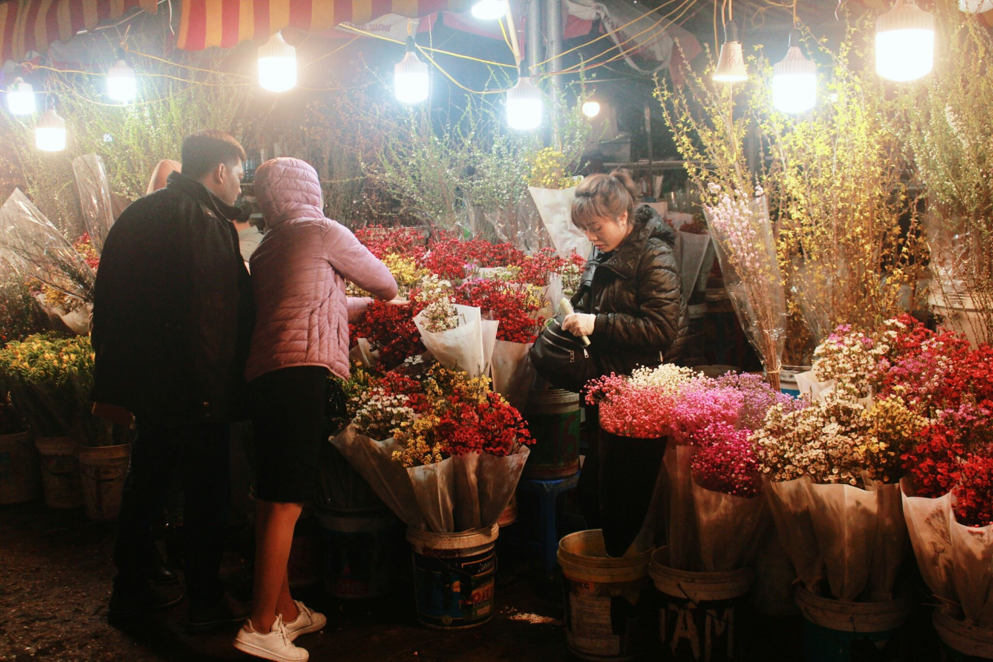 In this market, buyer can choose the beauty and fresh flowers with the good price.