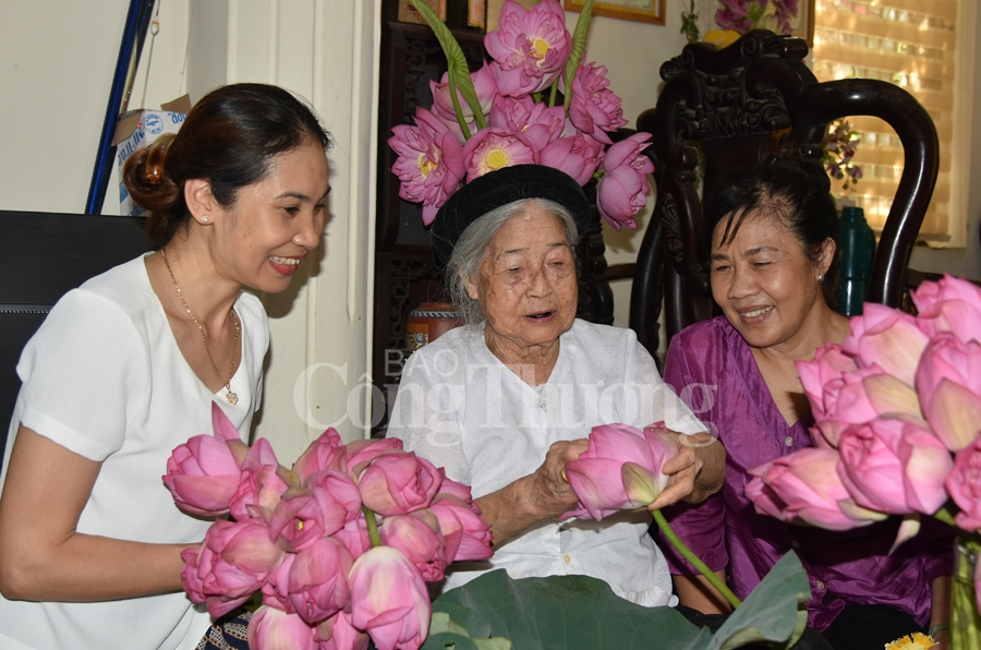 Mrs Dan who have experience in making lotus tea for 70 years ( in the middle)