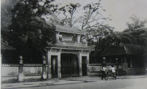 The gate of Quoc Hoc Hue high school in the past.